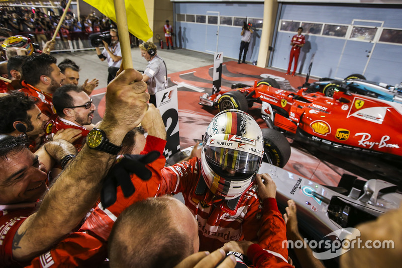 Себастьян Феттель выигрывает вторую гонку в сезоне в Сахире