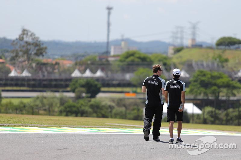 Sergio Perez, Sahara Force India F1 bei der Streckenbegehung mit dem Team