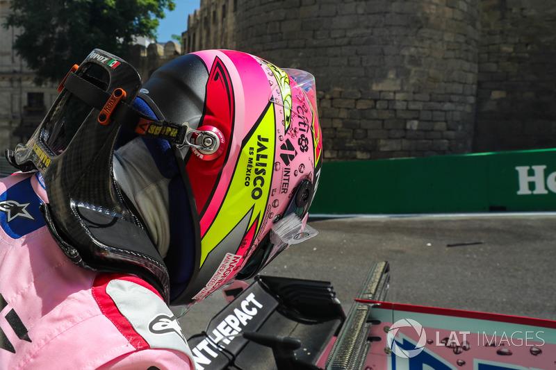 Nach Crash: Auto von Sergio Perez, Sahara Force India VJM10, wird geborgen