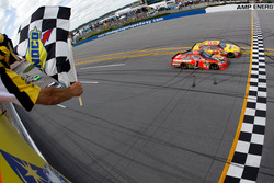 Kevin Harvick, Richard Childress Racing Chevrolet take the Checkred Flag ahead of Jamie McMurray, Chip Ganassi Racing Chevrolet