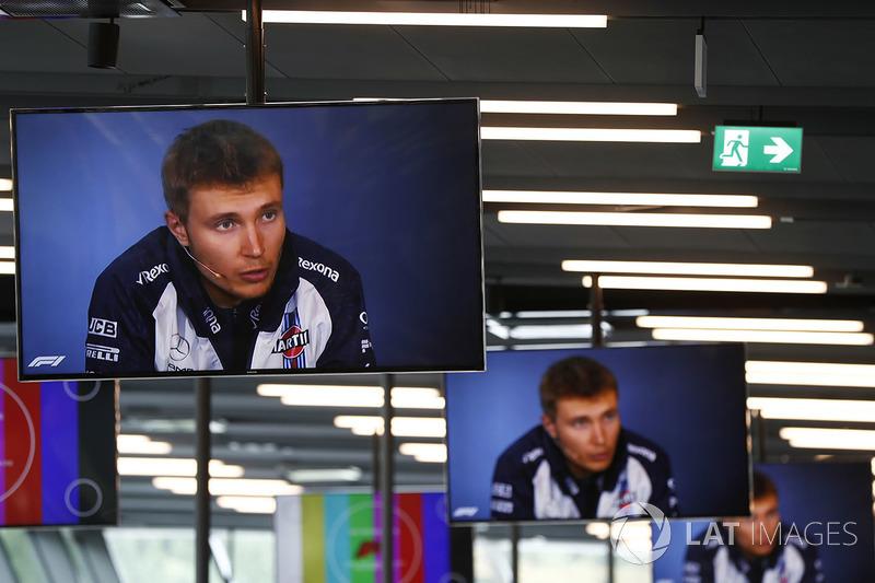Los monitores en el centro de medios muestran imágenes de Sergey Sirotkin, Williams Racing