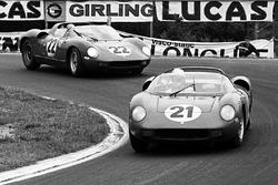 Ludovico Scarfiotti, Lorenzo Bandini, Ferrari 250P al frente de Mike Parkes, Umberto Maglioli, Ferrari 250P