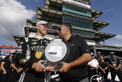 Le vainqueur du Verizon P1 Pole Award, Ed Carpenter, Ed Carpenter Racing Chevrolet reçoit le trophée de la part de Steve Williams, de Verizon