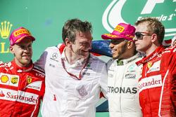 Le vainqueur Lewis Hamilton, Mercedes AMG F1 fête sa victoire sur le podium avec James Allison, directeur technique Mercedes, le deuxième, Sebastian Vettel, Ferrari et le troisième, Kimi Raikkonen, Ferrari
