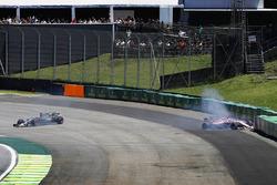 Romain Grosjean, Haas F1 Team VF-17 and Esteban Ocon, Sahara Force India F1 VJM10 crash