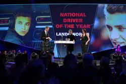 Lando Norris, yılın yerel sürücüsü ödülünü Eddie Jordan'dan alıyor