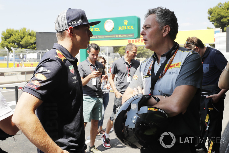 Max Verstappen, Red Bull Racing, con Mario Isola, Pirelli Motorsport