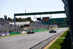 Даниэль Риккардо, Red Bull Racing RB14, и Пьер Гасли, Scuderia Toro Rosso STR13