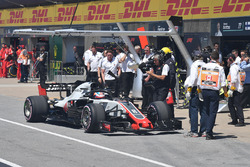 Romain Grosjean, Haas F1 Team VF-18 stops in pit lane during Q1