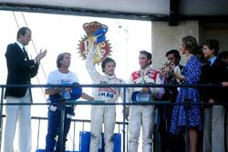 Подедитель гонки Жиль Вильнев, Ferrari, Жак Лаффит, Ligier, и Джон Уотсон, McLaren