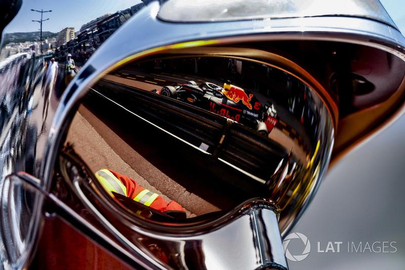 Un reflejo de Daniel Ricciardo Red Bull Racing RB14 en la visera de un jefe de bomberos