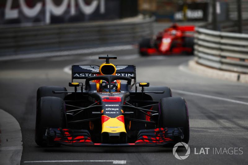 Даніель Ріккардо, Red Bull Racing RB14 попереду Себастьяна Феттеля, Ferrari SF71H