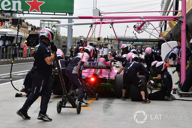 Arrêt au stand d'Esteban Ocon, Force India VJM11