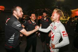 Kevin Magnussen, Haas F1 Team, festeggia il buon risultato, dopo la gara, con i suoi compagni di squadra