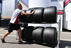 Sauber mechanic with Pirelli tyres