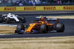 Stoffel Vandoorne, McLaren MCL33, leads Lance Stroll, Williams FW41