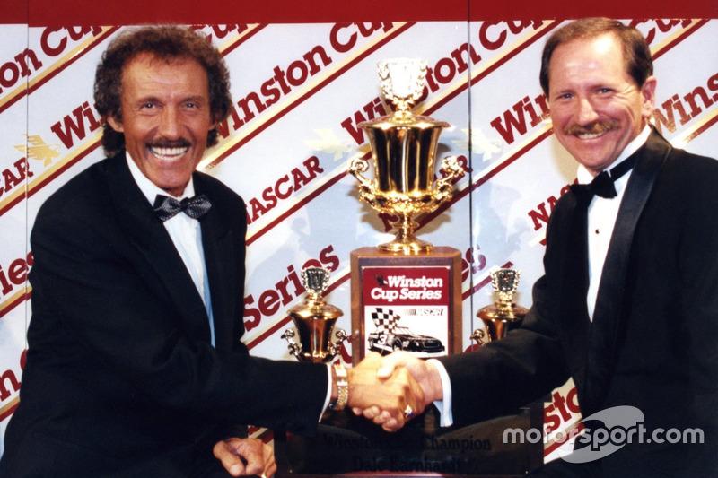 Richard Petty gratuliert Dale Earnhardt zu seinem siebten Titel