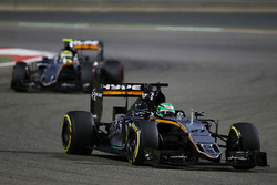 Нико Хюлькенберг, Sahara Force India F1 VJM09 едет впереди Серхио Переса, Sahara Force India F1 VJM0