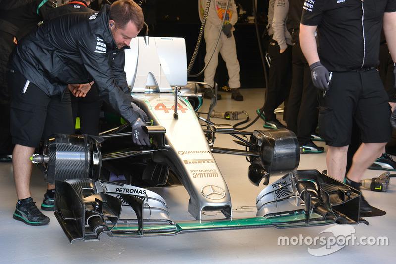 Lewis Hamilton, Mercedes AMG F1 Team W07 ala anteriore