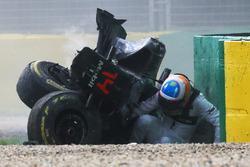 Fernando Alonso, McLaren MP4-31 kruipt uit de wagen na zijn zware crash