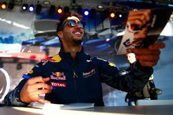 Daniel Ricciardo, Red Bull Racing signeert handtekeningen voor de fans