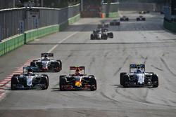 (Зліва направо): Льюїс Хемілтон, Mercedes AMG F1 W07 Hybrid, Макс Ферстаппен, Red Bull Racing RB12, та Валттері Боттас, Williams FW38, боротьба за позицію