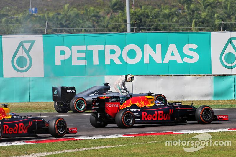Lewis Hamilton, Mercedes AMG F1 W07 Hybrid retirado de la carrera por problemas con el motor, y es pasado por Daniel Ricciardo, Red Bull Racing RB12 y Max Verstappen, Red Bull Racing RB12