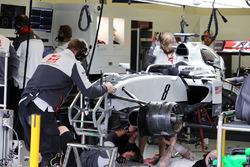 Механики Haas F1 работают над автомобилем Ромена Грожана