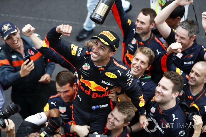 Il vincitore della gara Daniel Ricciardo, Red Bull Racing festeggia con il team