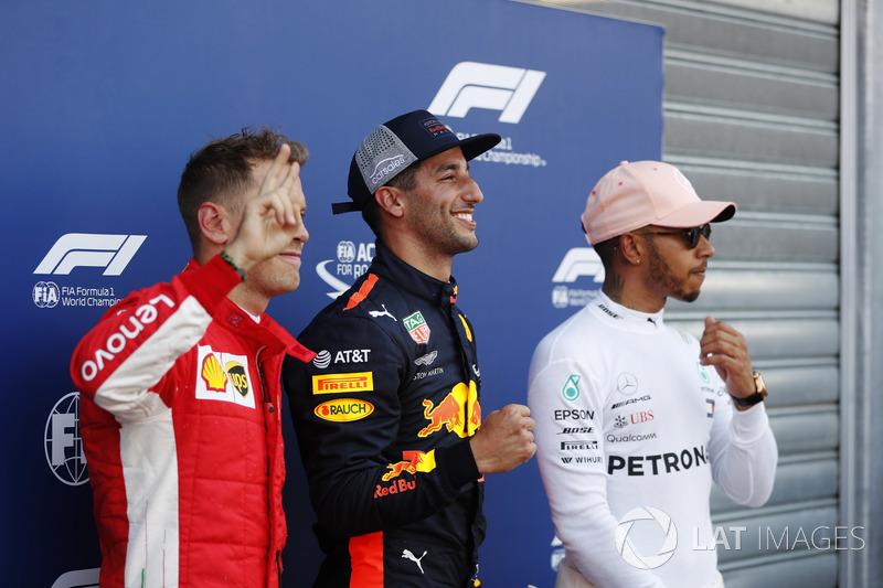 Le poleman Daniel Ricciardo, Red Bull Racing, avec Sebastian Vettel, Ferrari, et Lewis Hamilton, Mercedes AMG F1