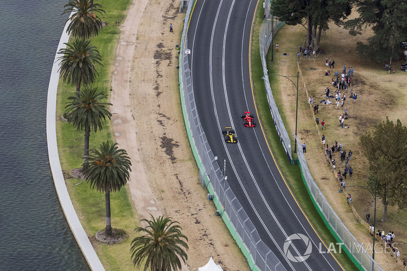Nico Hulkenberg, Renault Sport F1 Team R.S. 18, leads Kimi Raikkonen, Ferrari SF71H