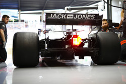 Haas mechanics at work on the Kevin Magnussen Haas F1 Team VF-18