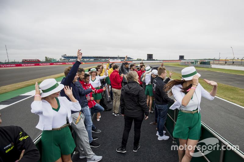 Alexa Quintin, directrice de communication FIA F2, entourée par les concurrents lors de la parade des pilotes