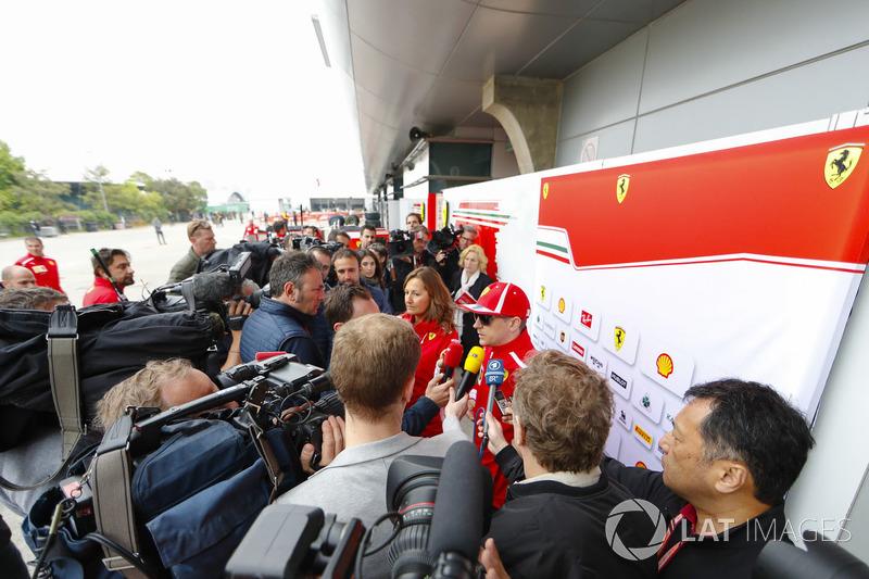Kimi Raikkonen, Ferrari, speaks to Roberto Chinchero