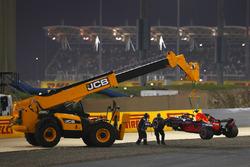 La voiture de Daniel Ricciardo, Red Bull Racing RB14 Tag Heuer, est ramenée