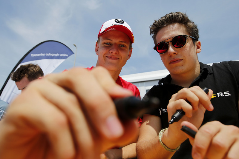 Sesión de autógrafos , Mick Schumacher, PREMA Theodore Racing Dallara F317 - Mercedes-Benz, Sacha Fenestraz, Carlin Dallara F317 - Volkswagen