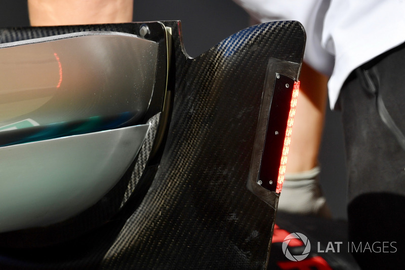 Detail lampu sayap belakang Mercedes-AMG F1 W09