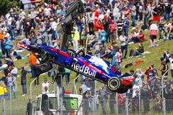 La monoposto incidentata di Pierre Gasly Toro Rosso STR13 viene portata via dal circuito