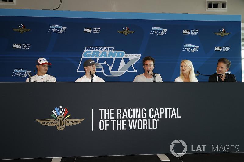 Graham Rahal, Josef Newgarden, Blake Maher, CEO de SeriousFun, Clea Newman y CJ O'Donnell de IndyCar