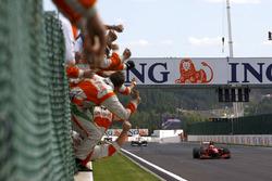 Damalı bayrak: Yarış galibi Kimi Raikkonen, Ferrari F60, 2. Giancarlo Fisichella, Force India VJM02 Mercedes