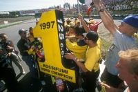 125er Weltmeister 1997: Valentino Rossi, Aprilia, mit Fans