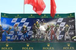 LMP2 podio: ganadores Ho-Pin Tung, Oliver Jarvis, Thomas Laurent, DC Racing, segundo lugar Mathias Beche, David Heinemeier Hansson, Nelson Piquet Jr., Vaillante Rebellion Racing, tercer lugar David Cheng, Alex Brundle, Tristan Gommendy, DC Racing