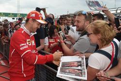 Sebastian Vettel, Ferrari en sesión de autógrafos  para los fans