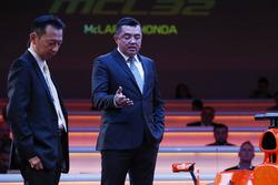 Hasegawa Yusuke, oficial de manejo, Honda y Eric Boullier, Director, McLaren, en el escenario en el