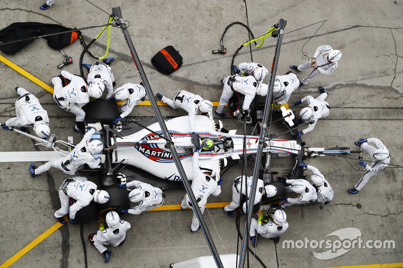 Felipe Massa, Williams FW40, makes a stop