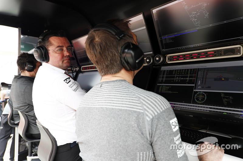 Eric Boullier, Director McLaren y Stoffel Vandoorne, McLaren, en el pit wall