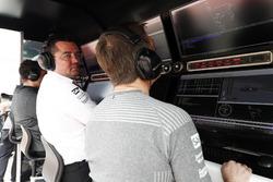 Eric Boullier, Rennleiter, McLaren; Stoffel Vandoorne, McLaren, am Kommandostand