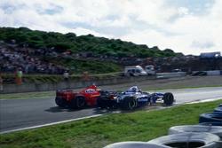 Michael Schumacher, Ferrari F310B percute Jacques Villeneuve, Williams FW19 Renault dans la Curva Dry Sack