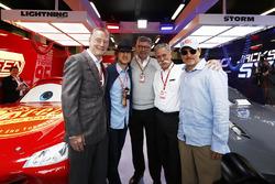 Sean Bratches, Ticari Haklar Direktörü, Formula One Group, Actor Owen Wilson, Ross Brawn, Motorsporları Direktörü, FOM, Chase Carey, CEO, Formula One, Woody Harrelson, aktör, Cars 3 garajında