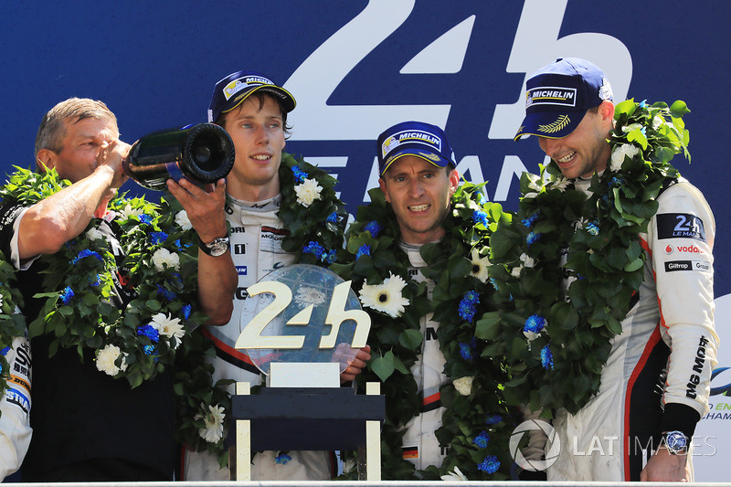Podio: i vincitori della gara Timo Bernhard, Earl Bamber, Brendon Hartley, Porsche Team, Fritz Enzinger, Capo di Porsche LMP1